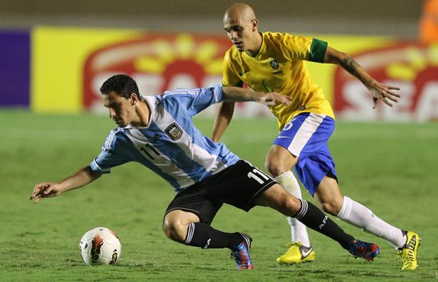 Jogo suspenso entre Brasil e Argentina será disputado só em 2013