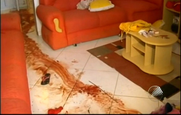 Mulher de 50 anos é esfaqueada e violentada dentro de casa