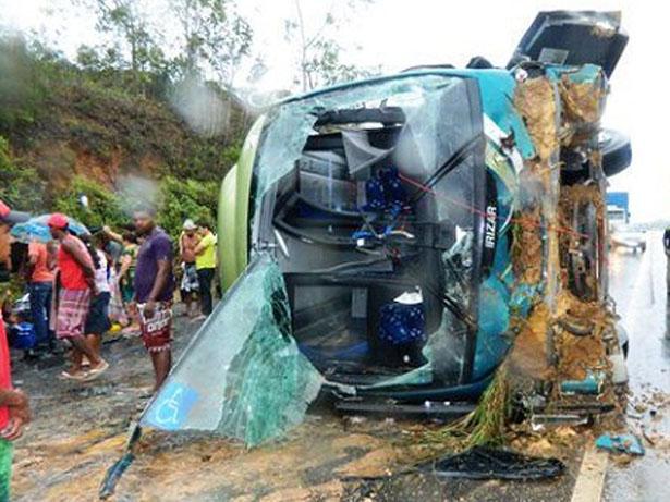 Ônibus capota na BR-101 e deixa uma pessoa morta e várias feridas
