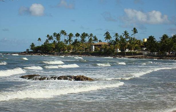 Corpo de Bombeiros realiza buscas por adolescente desaparecido em praia de Ilhéus