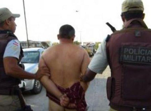 POLICIAL MILITAR SURTA E TIRA ROUPA AO SER DETIDO EM FEIRA DE SANTANA