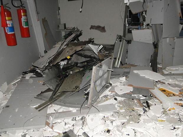 Caixa eletrônico explodido em Jaguaquara ficou destruído. (Foto: Marcos Fram/ Marcosfram.com)
