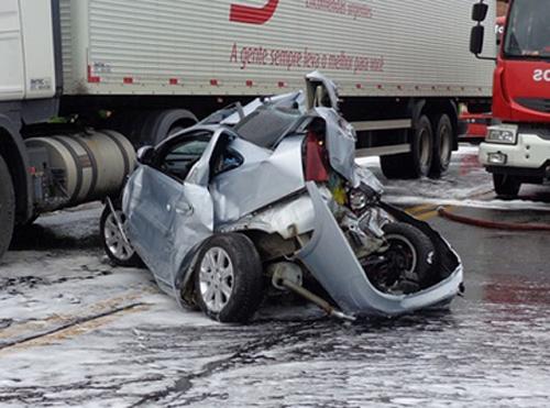 Feira de Santana: Carro fica totalmente destruído depois de batida com caminhão