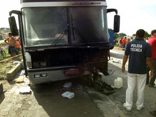 Duas pessoas morrem em colisão entre moto e ônibus na BR-324