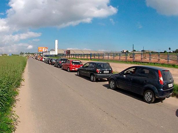 Gasolina mais barata deixa trânsito congestionado na BR-324, diz PRF