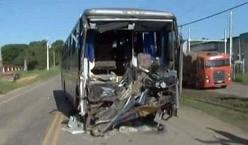 Ônibus da banda Rasta Chinela bate e deixa 8 feridos