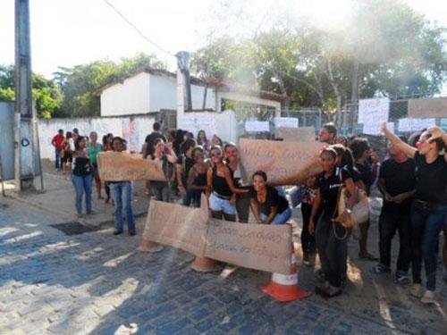 Estudantes da Uneb realizam protesto em frente à Universidade