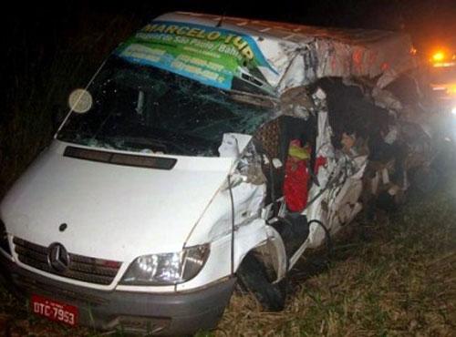 Jequié: Acidente entre van e carreta deixa 3 mortos e 7 feridos