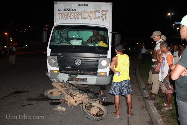 Ubaitaba: Acidente entre um caminhão e uma moto causa morte de mascate