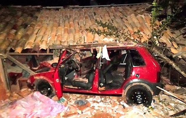 Alagoinhas: Carro sai da pista, invade casa e mata mãe e filho de quatro anos de idade