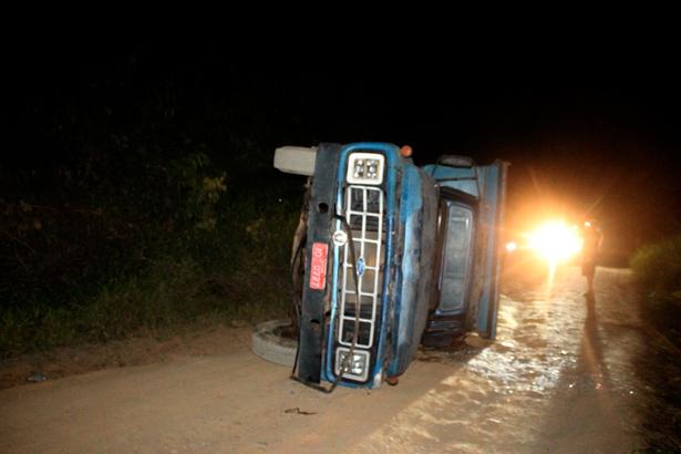Caçamba que transportava alunos do curso de bombeiros civil, sofre acidente e deixa vários alunos feridos.