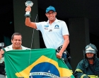 Campeão mundial, Allan do Carmo faz a festa na volta para casa