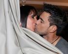 Zezé Di Camargo e namorada trocam beijos durante inauguração de motel