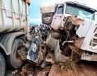 Carro é imprensado por dois caminhões no Oeste da Bahia