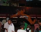 Ubaitaba: Scania tomba e trator da prefeitura ajuda a tirá-la do lugar