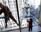 Limpadores de janela usam fantasias de cavalo e carneiro no Japão