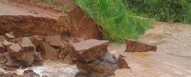 Trabalho de reparo emergencial na BR 030 foi iniciado. Península de Maraú ilhada.