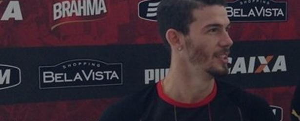 Luiz Gustavo é aprovado em exames médicos e assina contrato com o Vitória