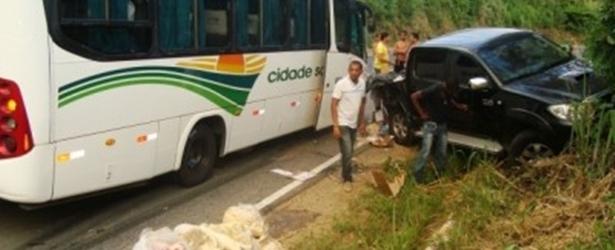 Hilux transportando carga de carne colide com ônibus da Cidade Sol na BR-420