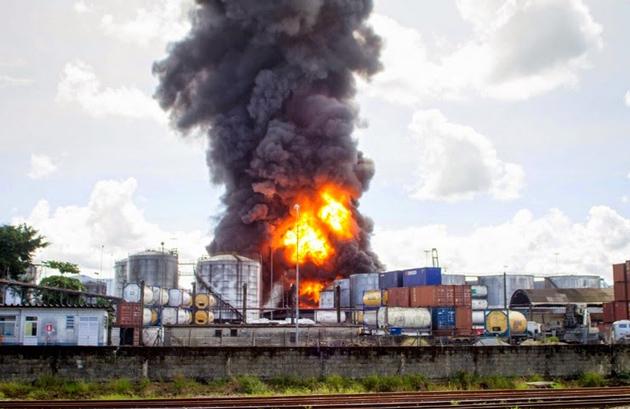 Incêndio de grandes proporções atinge tanques de combustível em Santos