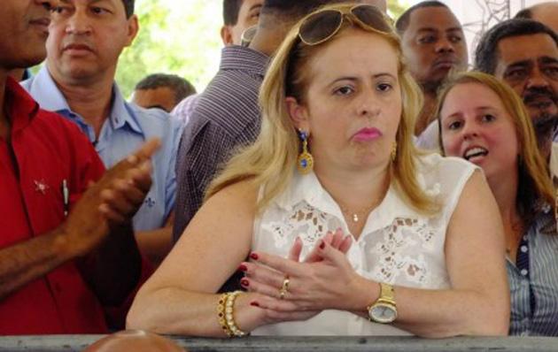 Prefeita de Almadina é punida por pagar hora extra a servidores comissionados
