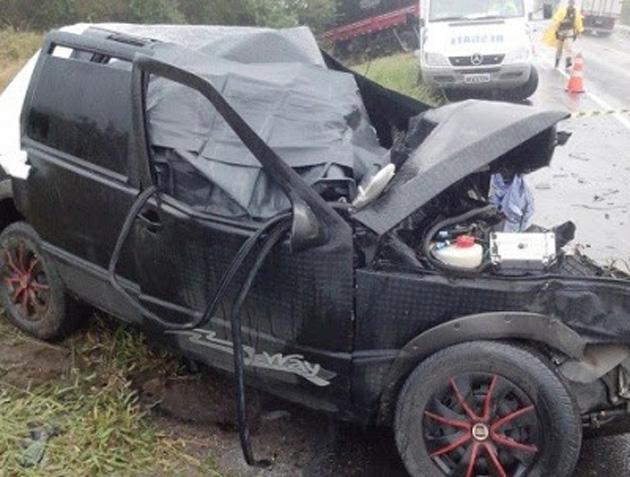 Carro com seis jovens bate de frente com carreta, na BR-116, e dois morrem