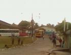 Ônibus escolar sem freio bate em poste, momentos depois invade calçada e derruba cerca em Maraú
