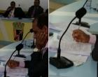 Vereador corrige provas durante sessão na câmara de Gandu