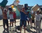 Itaquara: Parentes levam água para presos tomarem banho em cadeia