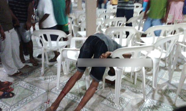 Menor baleado cai dentro de igreja em Itabuna