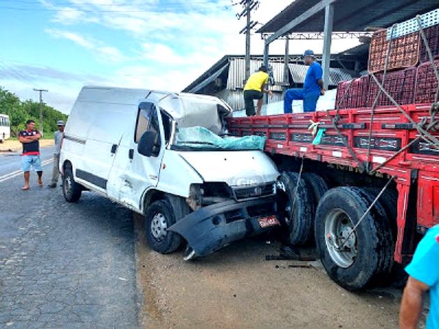 Ipiaú: Motorista fica ferido após colidir veículo em fundo de caminhão