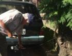 Homem amarra carro em árvore para tentar evitar assaltos