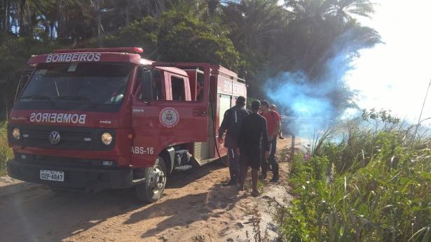 Corpo de Bombeiros veio até o local para combater o avanço das chamas. Foto/Alexandre
