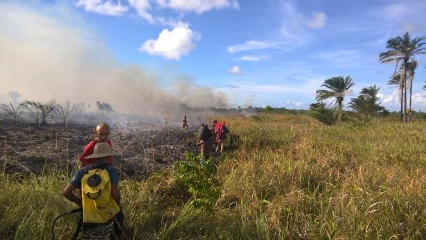 Bombeiros combatendo o incêndio em Barra Grande.