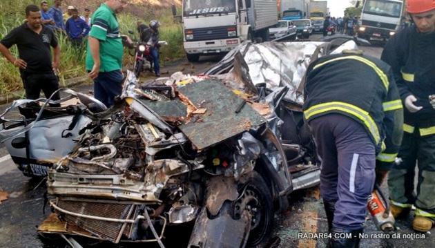 Caminhão esmaga carro na BR-101, em Teixeira Freitas