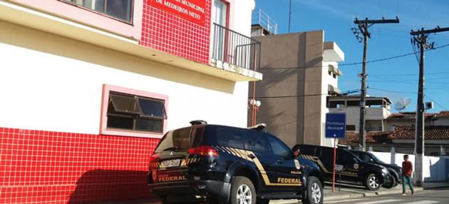 Medeiros Neto: PF faz operação na prefeitura e prende secretária e filhos do prefeito