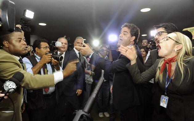 Entrega de pedido de impeachment da OAB causa confusão no congresso