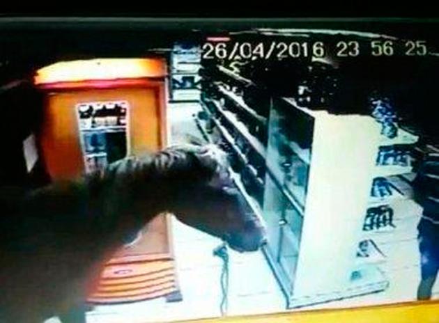Brasil: Homem assalta loja de conveniência montado em cavalo
