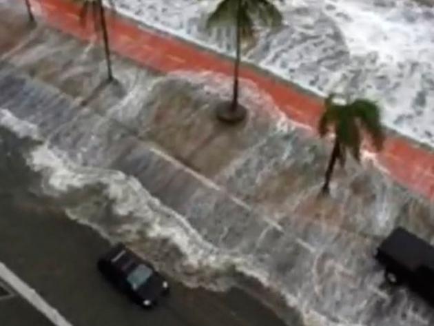 Mar invade avenida da praia e ressaca destrói muretas na orla de Santos, SP