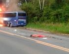 Carro explode após colidir em ônibus e deixa dois mortos na BR-101