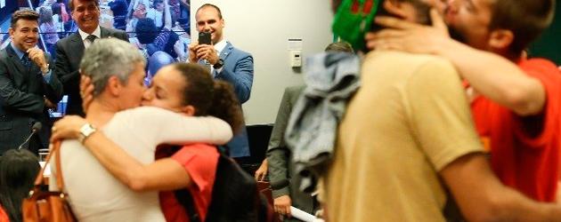 Câmara dos Deputados teve beijaço diante dos Bolsonaros e de Marco Feliciano