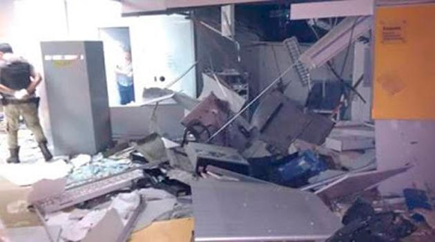 Bandidos explodem caixas eletrônicos de agência em Pau Brasil