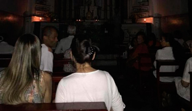 Coelba corta energia e Igreja tem missa à luz de velas