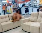 Mulher tira roupa em loja da Insinuante e posa para fotos