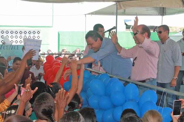 Rui Costa inaugura quadra poliesportiva e entrega equipamentos agrícolas em Aurelino Leal