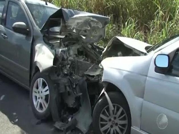 Grávida morre depois de colisão frontal entre dois carros na Rodovia BR-101
