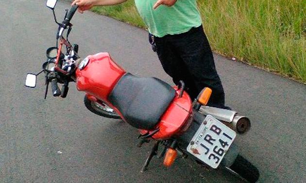A polícia Civil conseguiu recuperar na BR 101, uma moto Honda Titan vermelha de placa JRB – 3641, licenciada em Itajuípe, que foi abandonada no final da manhã desta quarta feira (20), em um local conhecido como Curva do Padre, município de Aurelino Leal.