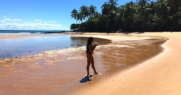 De férias na Bahia, Aline Riscado posa de biquíni em praia