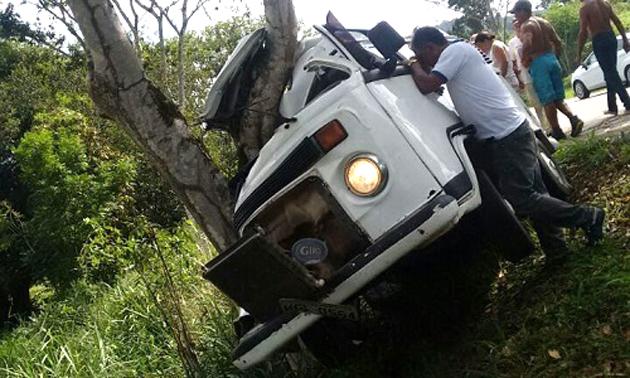 Ibirataia: Kombi sai da pista e bate em árvore às margens da BA-650; motorista sai ileso