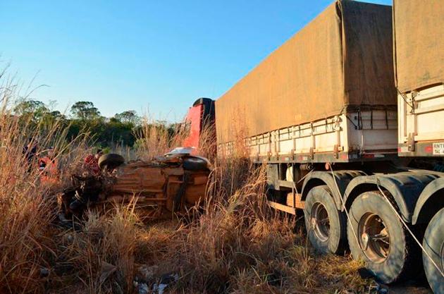Acidente deixa seis pessoas mortas após carro colidir de frente com carreta
